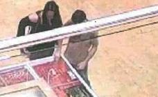 Dos detenidos por robar 170 piezas en una joyería tras forzar el expositor