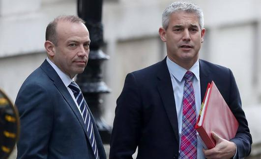 El secretario de Estado para el 'brexit', Chris Heaton-Harris (izq.)./AFP