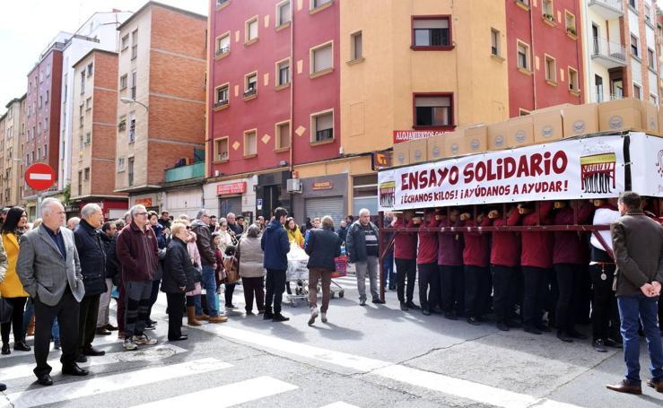 La Cofradía de la Flagelación recoge 543 kilos de comida en su ensayo solidario