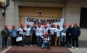 Los bomberos de Logroño protestan frente a la sede del PP en el arranque de la campaña electoral