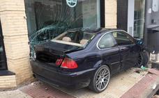 Un coche se empotra contra un concesionario en la entrada de Lardero