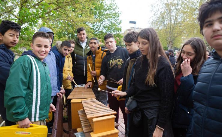 Escolares riojanos celebran Musiqueando frente al centro Navarrete El Mudo