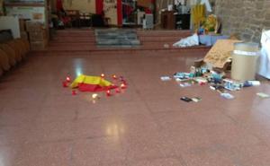 Un altar, una bandera española rodeada de velas... Madre de Dios denuncia un nuevo acto vandálico en su centro cívico