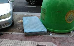 ¿Un colchón en el contenedor de vidrio?