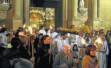 Jesucristo, iluminado por las antorchas