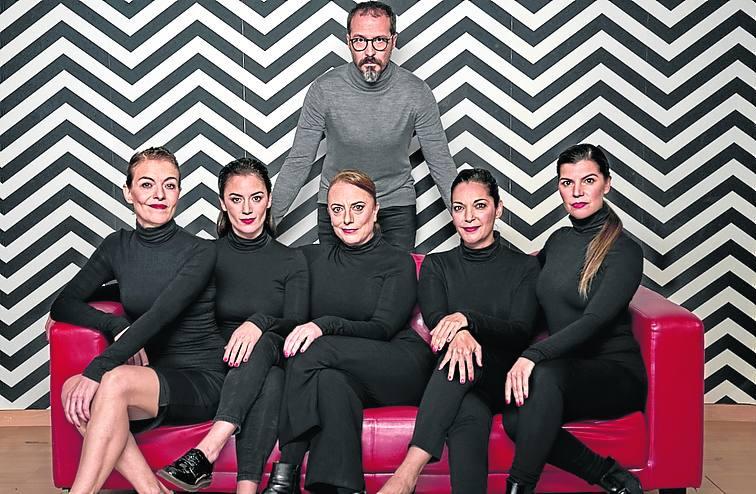 Un hombre frente a cinco mujeres en el escenario del Bretón