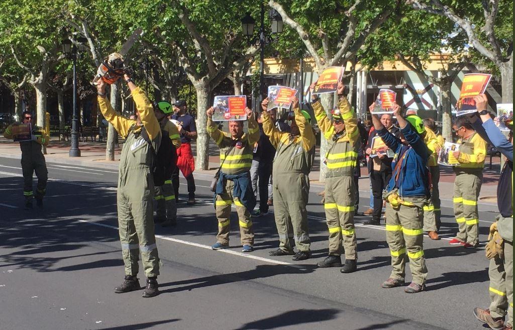 Los bomberos forestales se concentran para pedir al Gobierno que cumpla su convenio