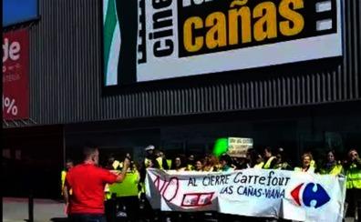 Los trabajadores del Carrefour de Las Cañas se concentran contra el cierre