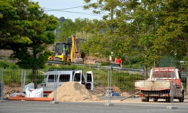 Estado de las obras, ayer, en el aparcamiento junto a la catedral. :: i.á. /