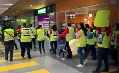 Los trabajadores de Carrefour se han manifestado esta mañana en Las Cañas