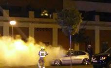 Un coche arde en el barrio de Los Lirios de Logroño
