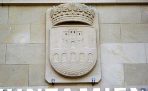 El nuevo escudo de Nájera, en piedra, luce ya en la entrada del Ayuntamiento