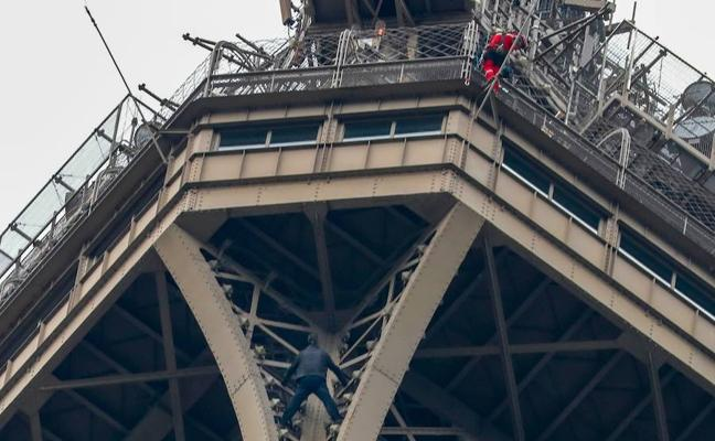 Un hombre permaneció varias horas encaramado a la Torre Eiffel