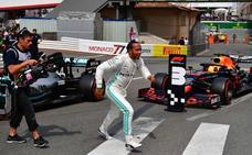 Hamilton festeja su 'pole' más sufrida y Ferrari se autosabotea