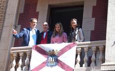 El Casco Antiguo se engalana con 270 banderas y estandartes en San Bernabé