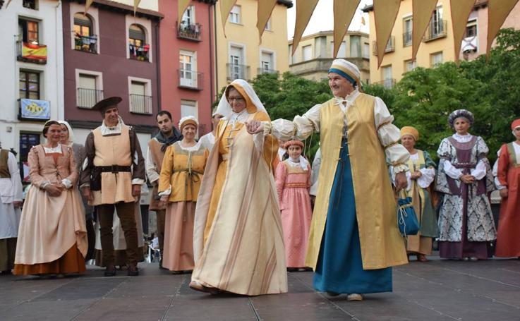 Pasarela de trajes renacentistas en la plaza del Mercado