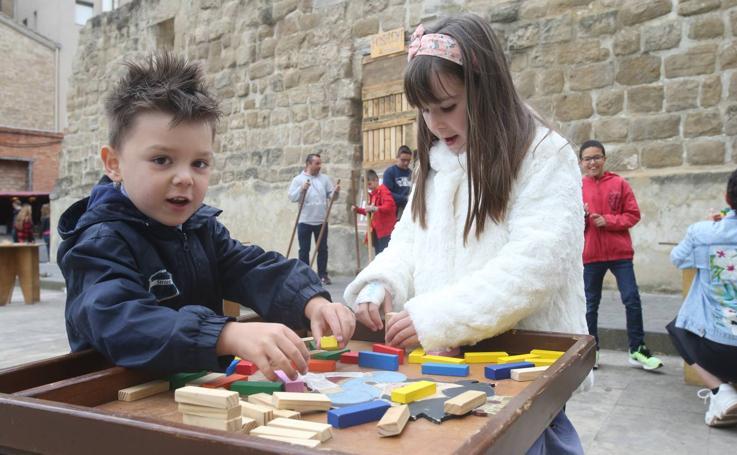 Juegos tradicionales en la plaza de Santiago