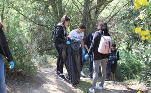 Más de 60 alumnos comparten la limpieza de orillas del Cidacos en su tramo arnedano
