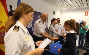 La Policía Nacional entrega el carné de Ciberexpert@ a veintidós alumnas del Colegio Alcaste de Logroño