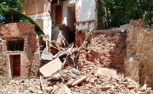 Derrumbe de una casa deshabitada en la calle Palacio