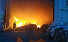 Extinguido de madrugada el aparatoso incendio de la empresa Recuperaciones Viguera en Arnedo