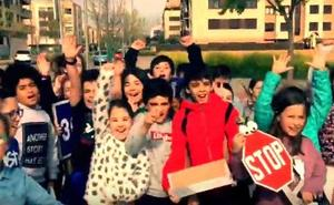 Alumnos de La Guindalera salen a la calle al ritmo de 'Despacito' para frenar los atropellos en Logroño