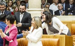 Aplausos, gestos y discursos en el Parlamento riojano
