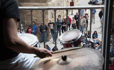 Picolo y Saxo recibe a los peregrinos en el Monte Cantabria y los balcones de la Casa de los Periodistas se convierten en un escenario
