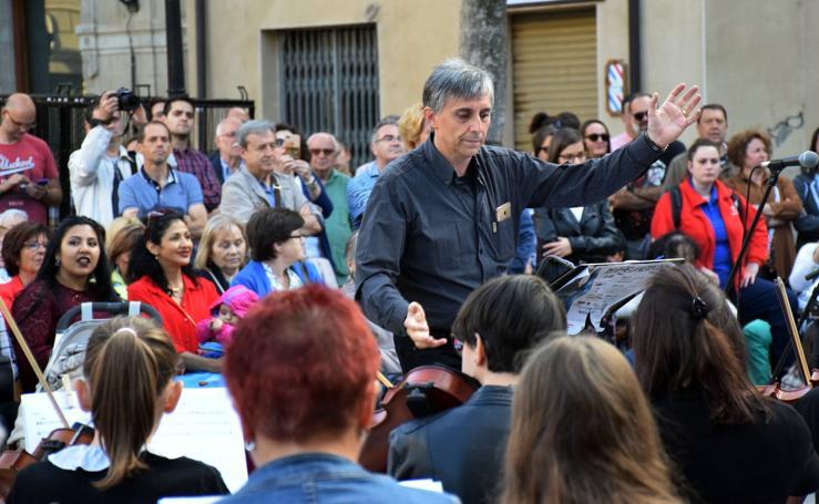 Píccolo y Saxo lleva la música a la plaza de San Bartolomé