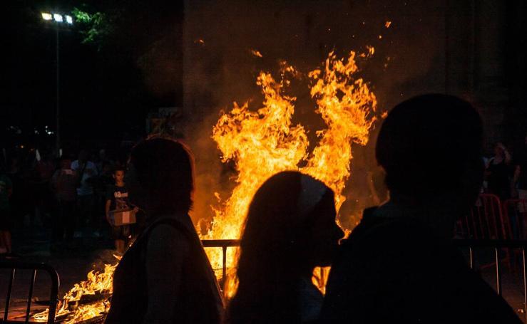 Arde la hoguera de la plaza del Mercado en Logroño en la noche de San Juan