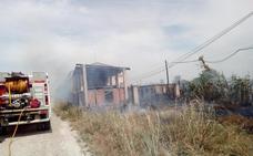 Protección Civil Alfaro y bomberos controlan el fuego de una granja abandonada