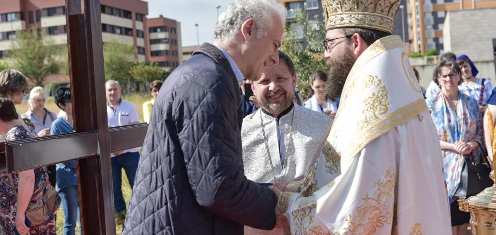 La comunidad ortodoxa pone la primera piedra de su iglesia en Fardachón