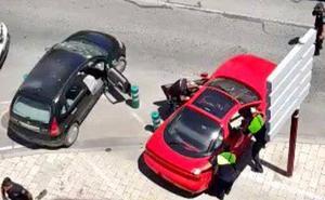 La emprende a hachazos con un coche, muerde a varios policías e intenta quemarse a lo bonzo