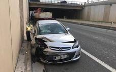 Un coche choca con un tractor en la circunvalación de Logroño
