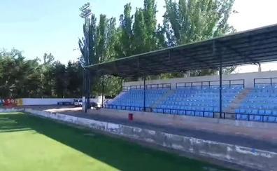 El campo de fútbol del Arnedo ya luce las butacas donadas por el Celta de Vigo