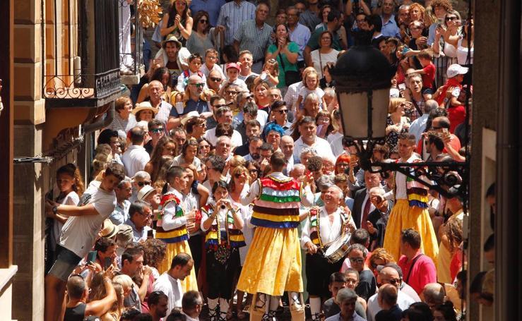 Los danzadores de Anguiano descienden por la cuesta