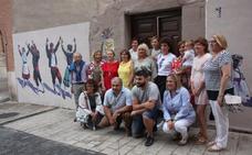 El primer mural del 'Decor Alfaro' de la Asociación de Mujeres honra a las danzas regionales