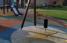 Columpio roto en un parque de El Cortijo