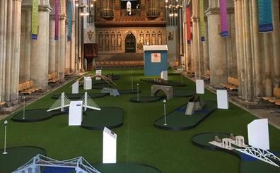 Una catedral británica instala un minigolf para atraer a los fieles