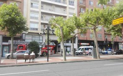 Los bomberos rescatan a través de un balcón a una anciana en Avenida de la Paz