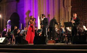 LA AGRUPACIÓN MUSICAL ACOMPAÑA A NURIA FERGÓ