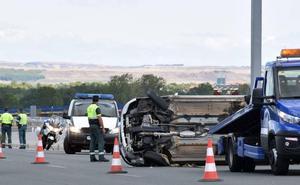 Dos heridos por el vuelco de un coche en la LO-20