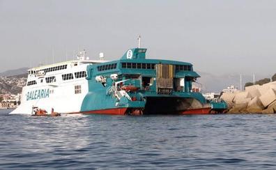 Evacúan a cerca de 400 personas al encallar un ferry en la entrada del puerto de Dénia