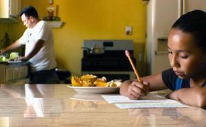 Hacer la compra o cocinar desarrollan más el aprendizaje que hacer deberes