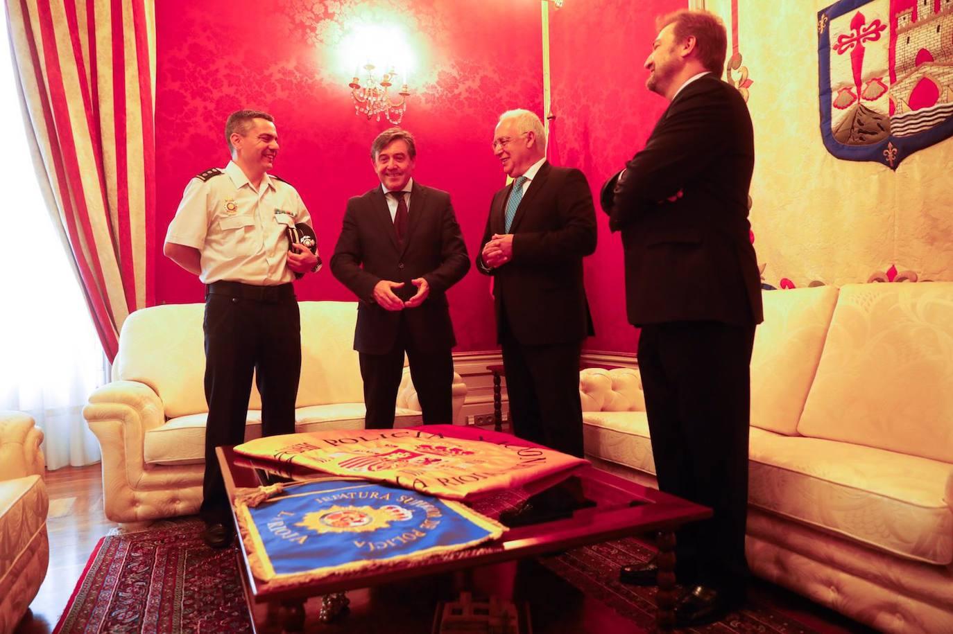 Ceniceros entrega la bandera de España a la Jefatura de Policía de La Rioja