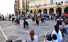 Performance No Rumours' en la plaza del Mercado