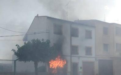 Arde una vivienda en la calle Carretera de Pradejón