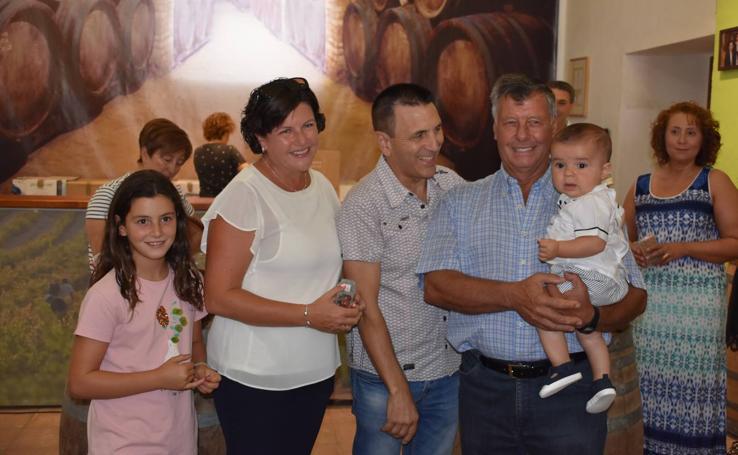 Entrega de obsequios a los bebés antes de las fiestas en Aldeanueva