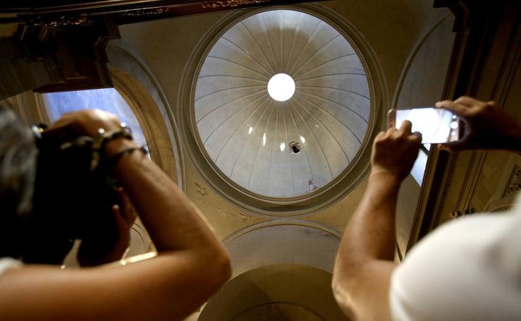 Una grúa golpea un pináculo de La Redonda que atraviesa una cúpula y los cascotes hieren a una niña