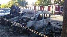 Un incendio calcina tres coches y afecta a árboles y persianas en Logroño